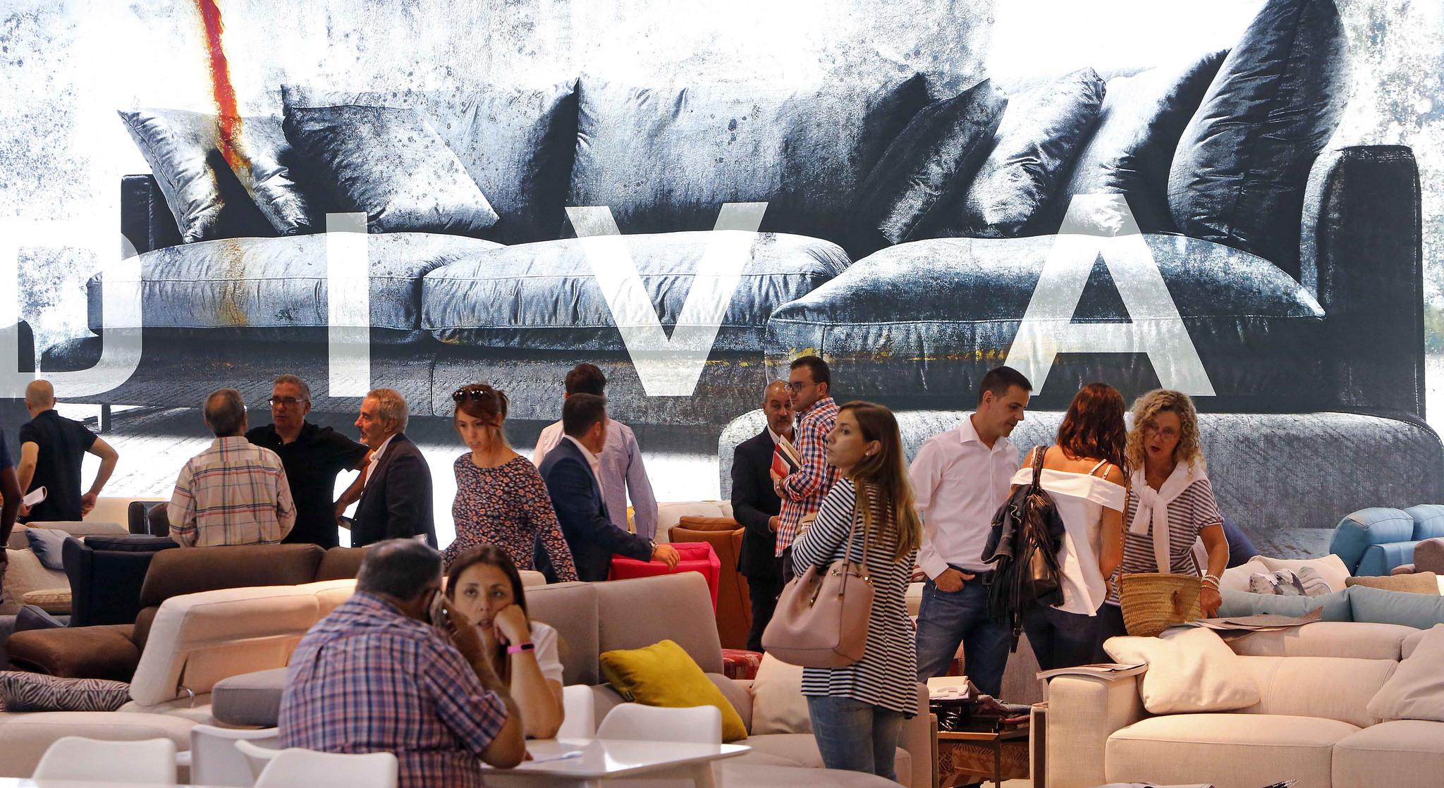 Los compradores llenan los pasillo de la feria h bitat for Feria mueble valencia 2017