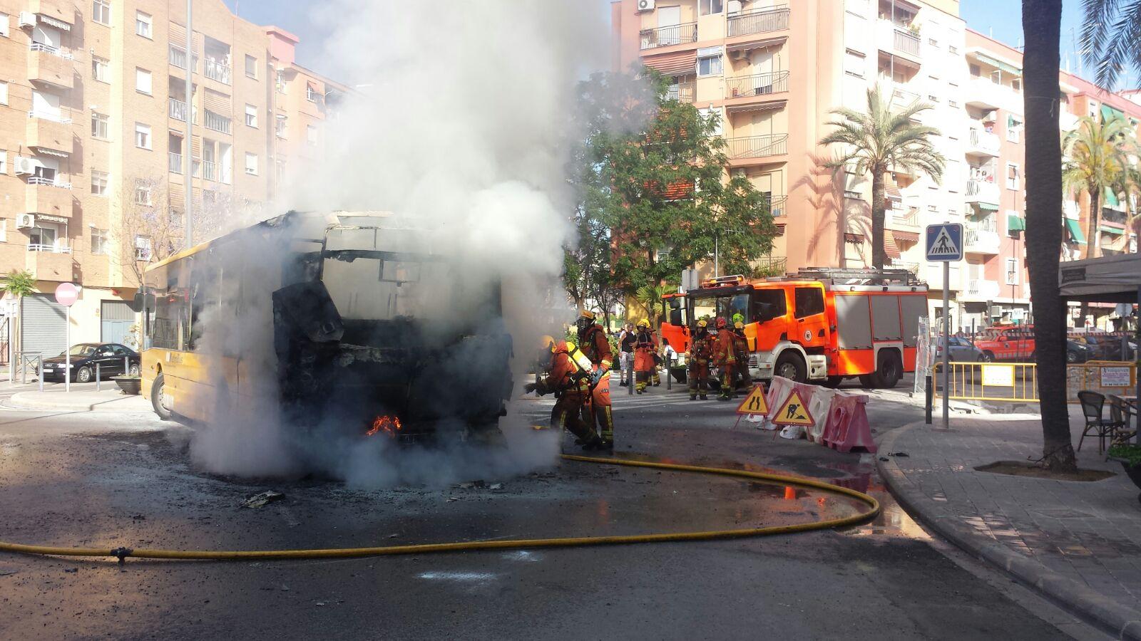 Un autobús arde en Quart de Poblet