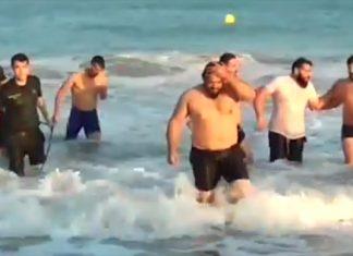 Agentes de la Guardia Civil saliendo del mar