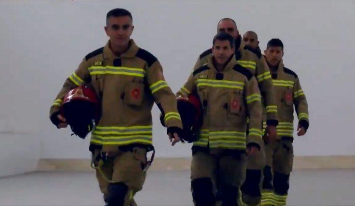 Los bomberos de València juegan a pilota valenciana