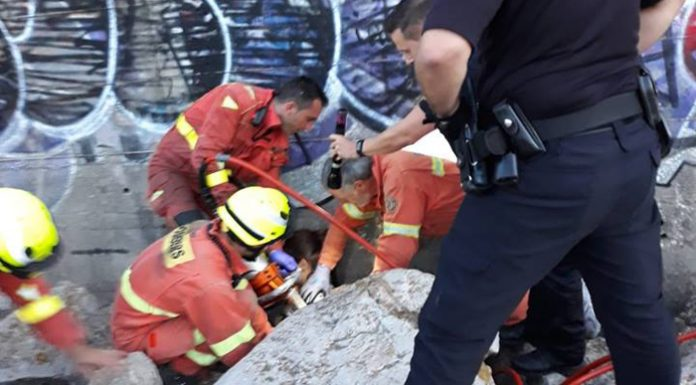 Bomberos de Paterna ayudan a salir a una menor atrapada entre las piedras