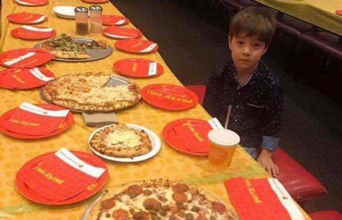 Imagen del niño solo celebrando el cumpleaños