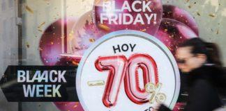 Escaparates del centro de Valencia anuncian el Black Friday. EFE/Ana Escobar