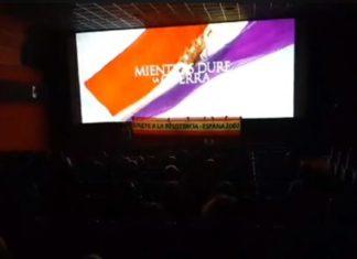 Integrantes de España 2000 durante el boicot a 'Mientras dure la guerra' en un cine de Valencia.