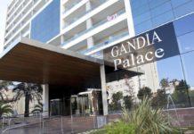 Entrada principal del hotel Gandía Palace, lugar del incendio.