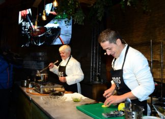 La xef Loles Salvador en la cuina en directe de la Festa de la Poma speriega a Ademús