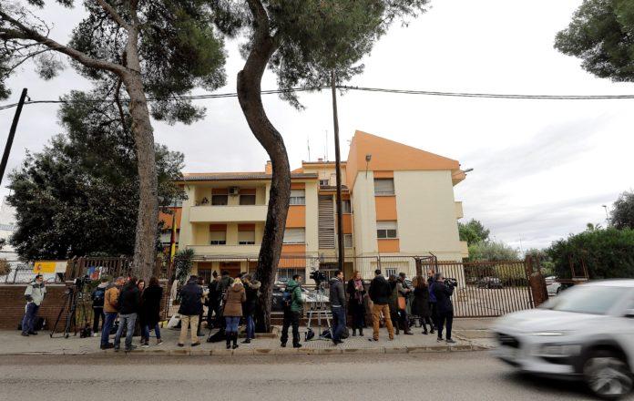 Numerosos periodistas esperan ant el Cuartel de la Guardica Civil en Carcaixent donde se ha entregado el autor confeso del crimen de Marta Calvo. EFE/Manuel Bruque