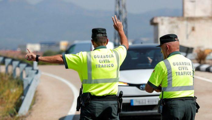 Agentes de la Guardia Civil durante una campaña de la DGT.