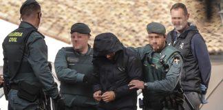 Agentes de la Guardia Civil junto a Jorge Ignacio P.J., autor confeso del crimen de Marta Calvo, en Manuel. (Rober Solsona / EP)