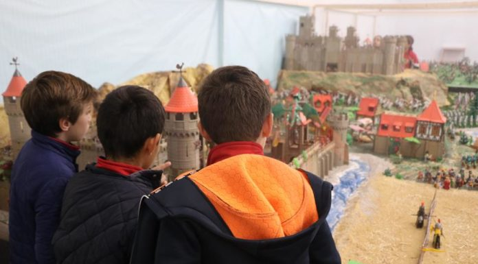 Diversos niños visitan la última muestra de Playmobil en Torrent.