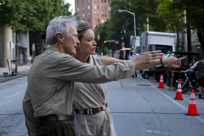 La actriz Olivia Wilde junto a Clint Eastwood en el rodaje de 'Richard Jewell'.