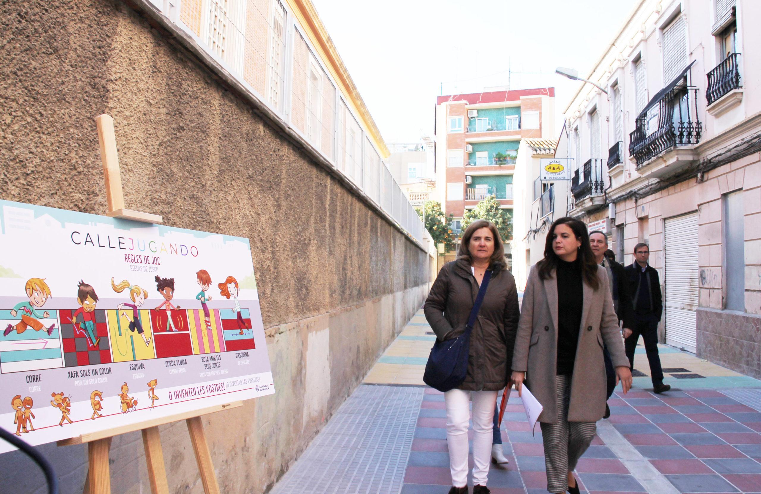 Sandra Gómez durante la visita al entorno de las obras del nuevo Mestalla en Benicalap.
