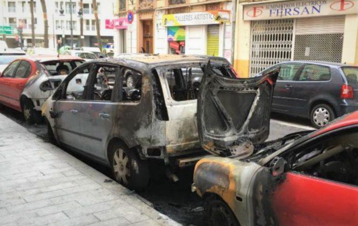 Dos de los coches quemados en el barrio de Ruzafa.