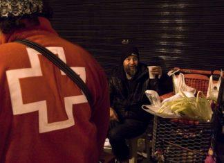 Personal de Cruz Roja atiende a personas sin recursos en las calles de la Comunitat Valenciana por el frío y la borrasca