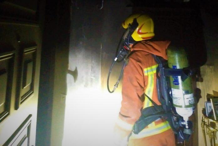 Las llamas calcinan una planta de viviendas de Beniparrell