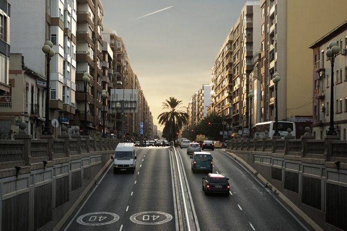 Coches en la avenida Peset Aleixandre de Valencia.