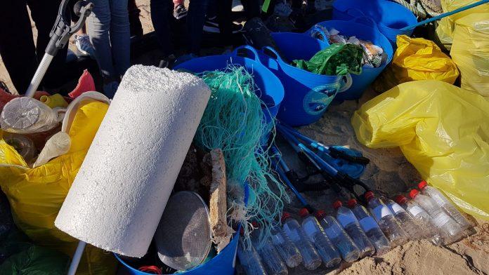 Basura recogida en la playa del Parador de El Saler tras la borrasca
