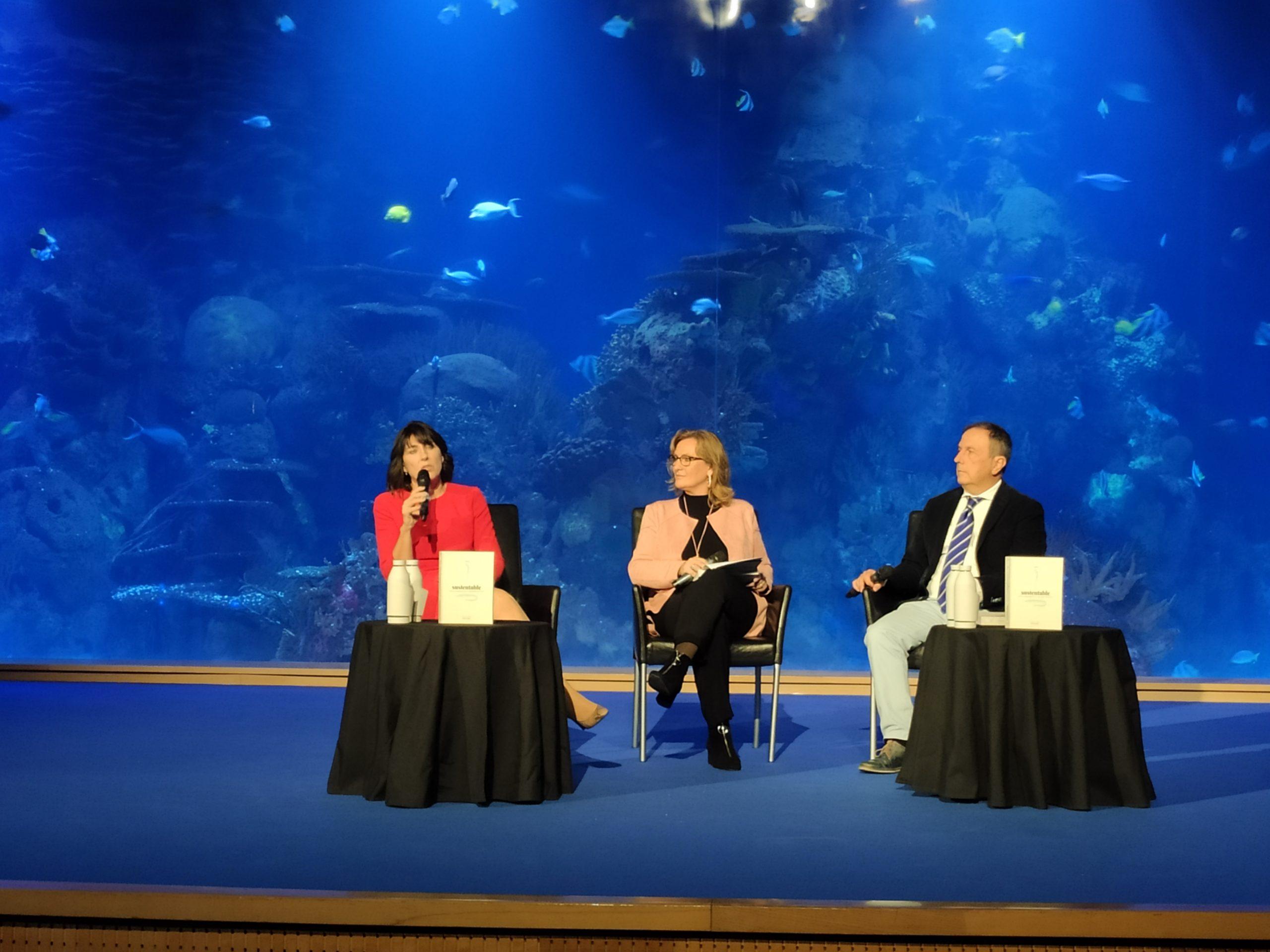 María Diago junto con el president de la Academia de Gastronomía, Rafael Poveda y la periodista Pilar Algarra