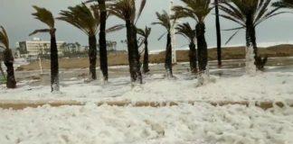 La playa más turística de Jávea se tiñe de blanco como consecuencia de la subida del nivel del mar a causa de la borrasca Gloria