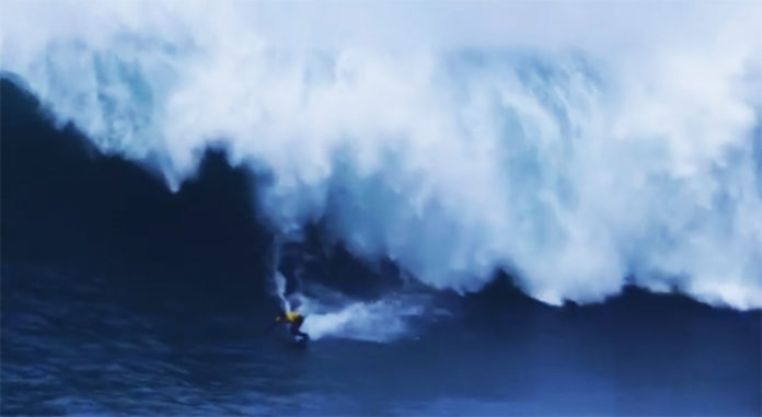 Un surfista supera una ola gigante
