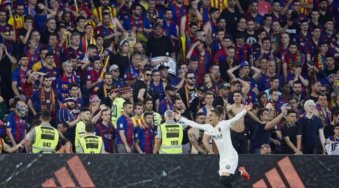 El Valencia CF tras declararse campeón de la Copa del Rey antes el FC Barcelona.