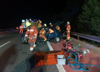 Bomberos de los parques de Sagunt y de la Pobla de Farnals trabajan en el rescate del accidente en la CV-309.