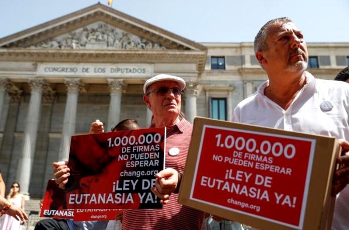 Protesta para despenalizar la eutanasia en el Congreso de los Diputados