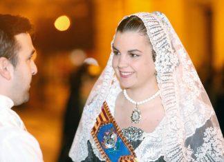 Sandra Gómez con el traje de fallera en la Ofrenda