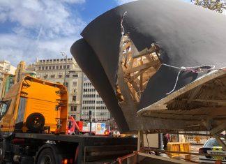 La Falla municipal a su llegada a la Plaza del Ayuntamiento tras la caída.