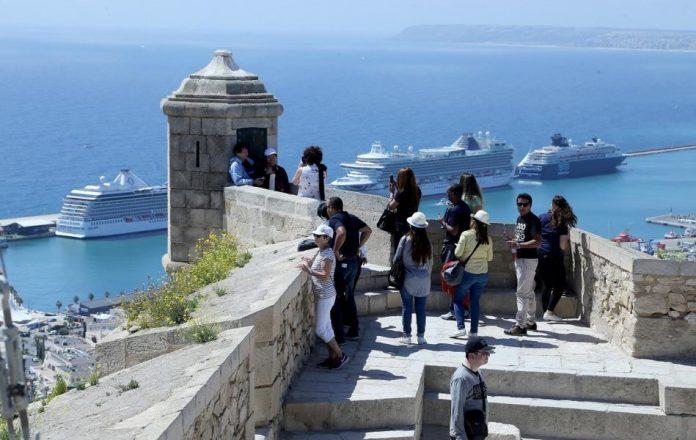 Las contradicciones de Semana Santa enfurecen a los valencianos: cierre perimetral y apertura al turismo internacional