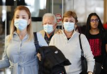 Varias personas se desplazan con mascarillas por miedo a contagio del coronavirus. / EFE: Mauricio Dueñas