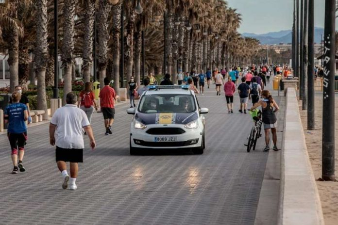 15 jóvenes sancionados por beber alcohol y jugar al vóley-playa en la Malvarrosa