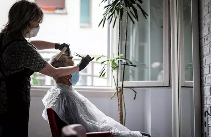 Restaurantes, peluquerías y pequeños comercios reabren sus puertas