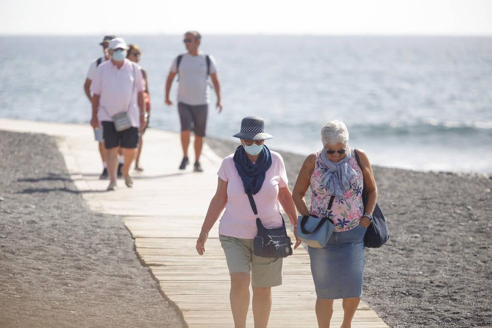 Sanidad cambia la normativa sobre el uso de mascarillas en playas y piscinas