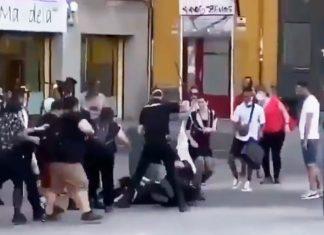 un grupo de personas agreden a policías