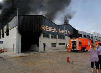 Gran incendio en una nave industrial de Aldaia con riesgo de derrumbe
