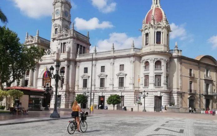 Un gran pabellón en la plaza del Ayuntamiento