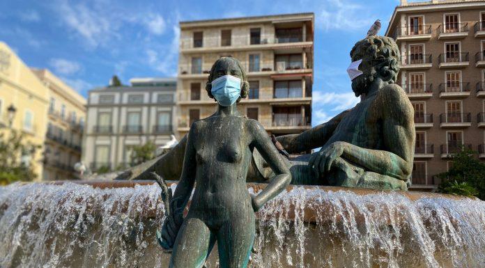 Las esculturas más características de Valencia amanecen con mascarillas