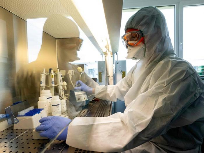 Johnson & Johnson frena los ensayos de la vacuna contra el coronavirus