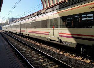 Un policía salva a una mujer de ser arrollada por un tren en Xirivella