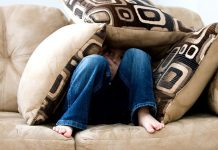 orinar en el sofá