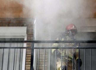 Imagen de archivo de un bombero trabajando en un incendio en Valencia. Juan Carlos Cárdenas EFE)