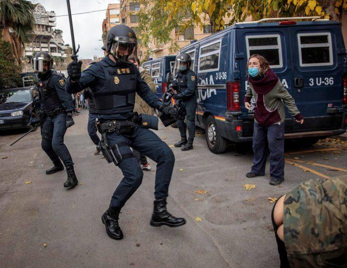 El desalojo de una alquería okupada acaba con una concentración antipolicial de medio millar de personas
