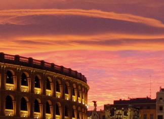 La Plaza de Toros de Valencia amanece con siete espejos instalados a su alrededor