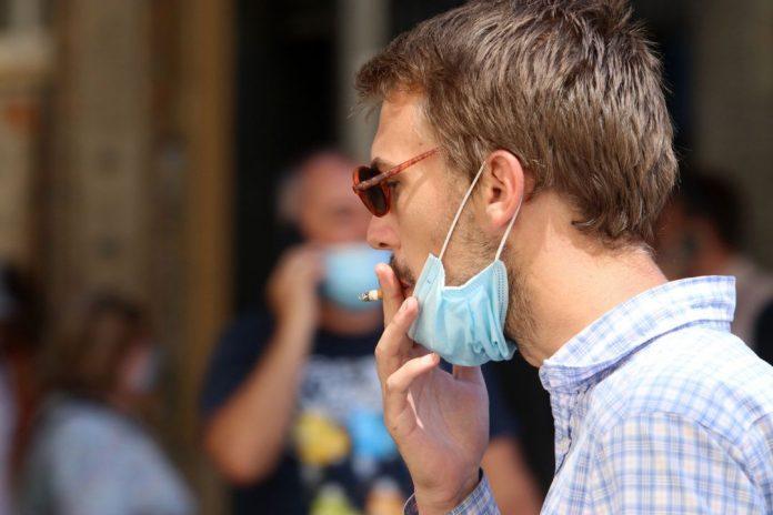 Proponen prohibir fumar en la calle ante el temor a la nueva cepa de COVID-19