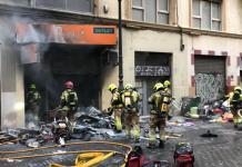 Un voraz incendio en el centro de Valencia calcina un local y deja dos heridos