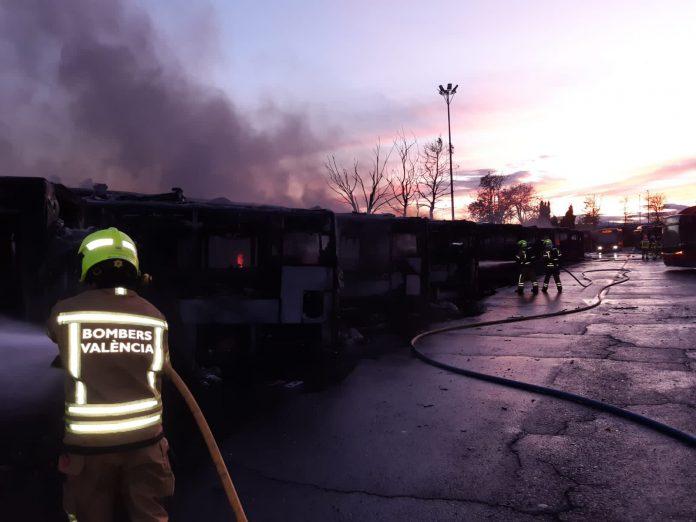 La policía científica investiga las causas del incendio de la EMT