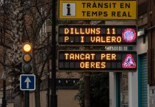 Cartel de información de tráfico informando sobre las obras en la avenida Peris i Valero de Valencia.
