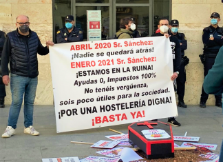 Los hosteleros montan una gran cacerolada ante la Generalitat Valenciana