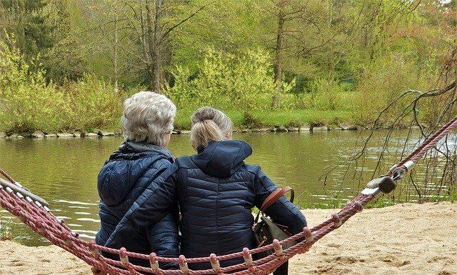dos mujeres se disfrazan de ancianas